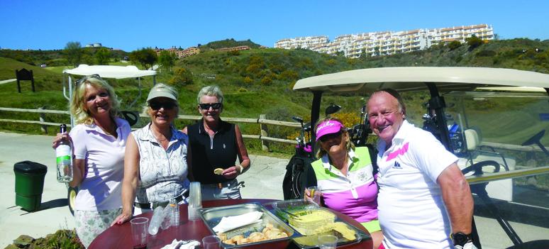 Christina bjuder hungriga golfare på underbar Gaspacho och tapas från restaurang La Leona i Los Boliches