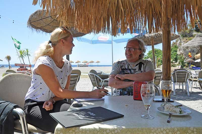 Sara Laine intervjuar Lasse Lidbom pa en chiringuito i Almunecar. Foto Janet Jensen