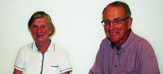 Öllegård och Bengt Nilsson med kreditkortet som de inte har kunnat använda i banken