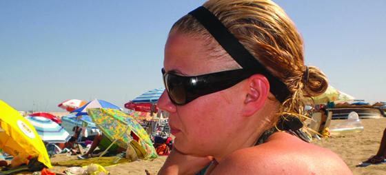 Sara njuter på stranden i Fuengirola