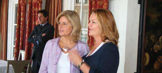 Borgmästaren Esparanza Oña och Diana Serop från Roca Tranquila