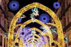 De första julbelysningarna är redan på väg upp