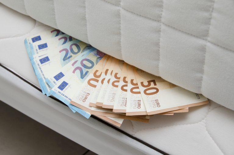 """Var försiktig med """"pengar i madrassen"""""""